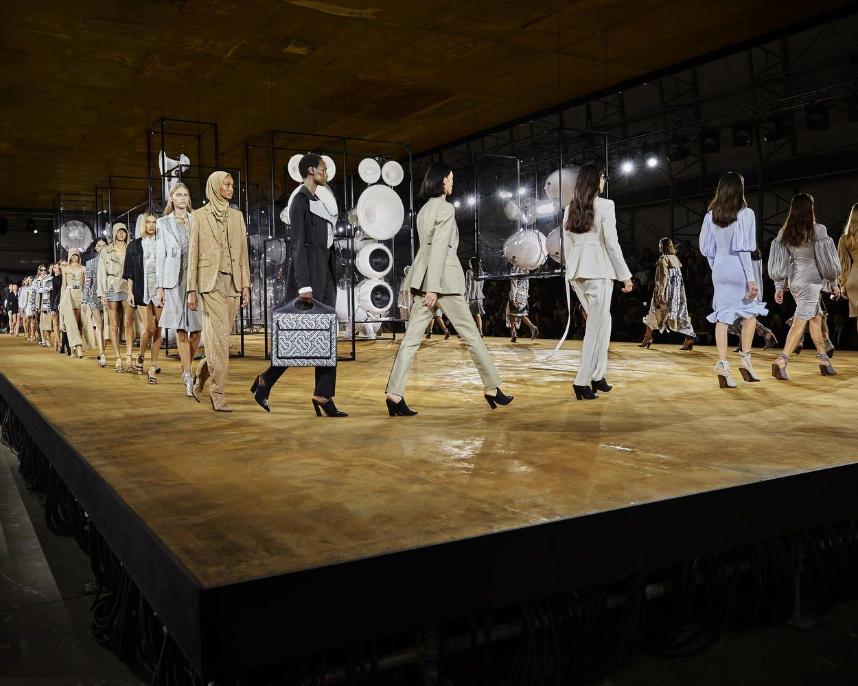 Burberry Spring_Summer 2020 Finale_002_resize