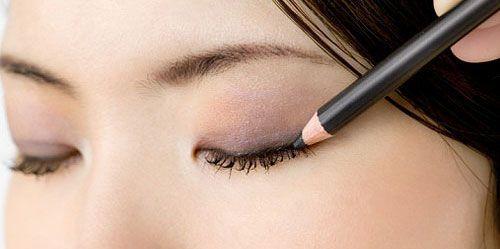 O eyeliner combinado com o rímel tem um efeito sedutor mas discreto