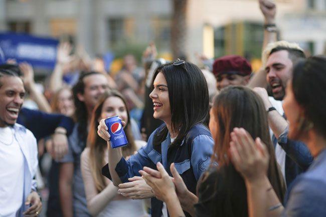 """Pepsi """"rende-se"""" às redes sociais 19 horas depois de lançar campanha"""