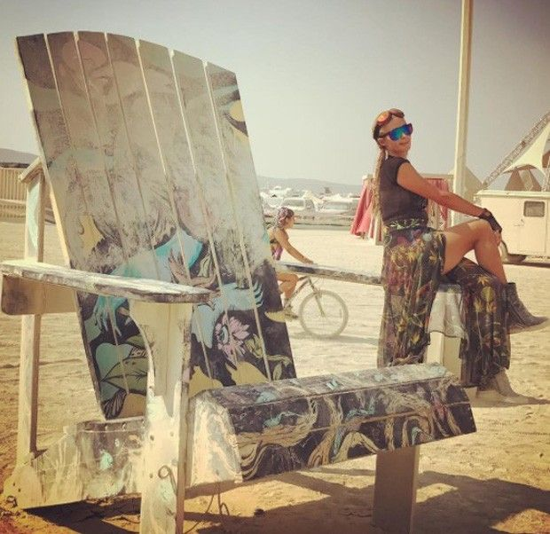 Oh boy! Paris Hilton no festival Burning Man