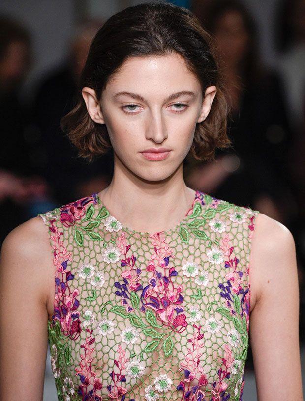 Assim é Amber Witcomb, a estranha beleza que cativou a moda