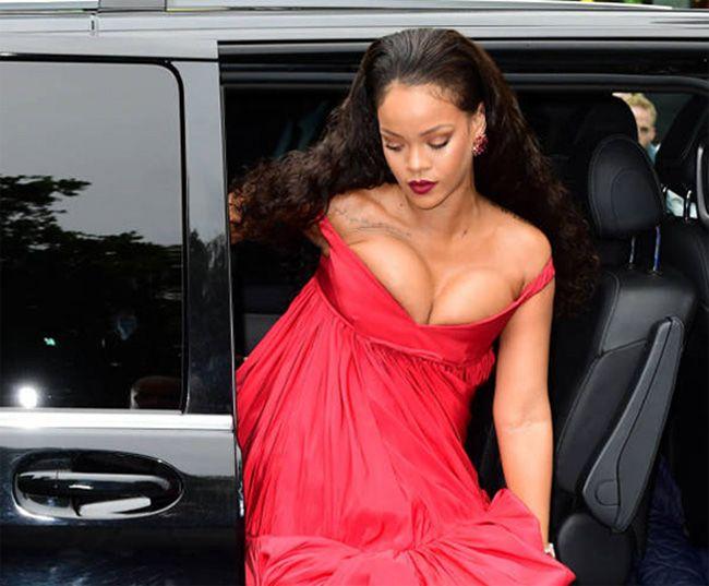 Rihanna volta colocar o decote na moda