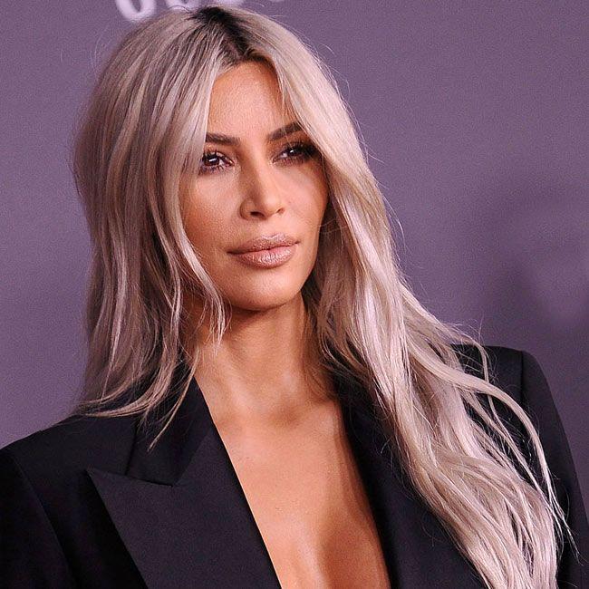 Kim Kardashian estreia cabelo azul no Natal