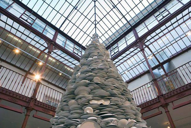 Porto tem árvore de Natal feita com pratos de porcelana