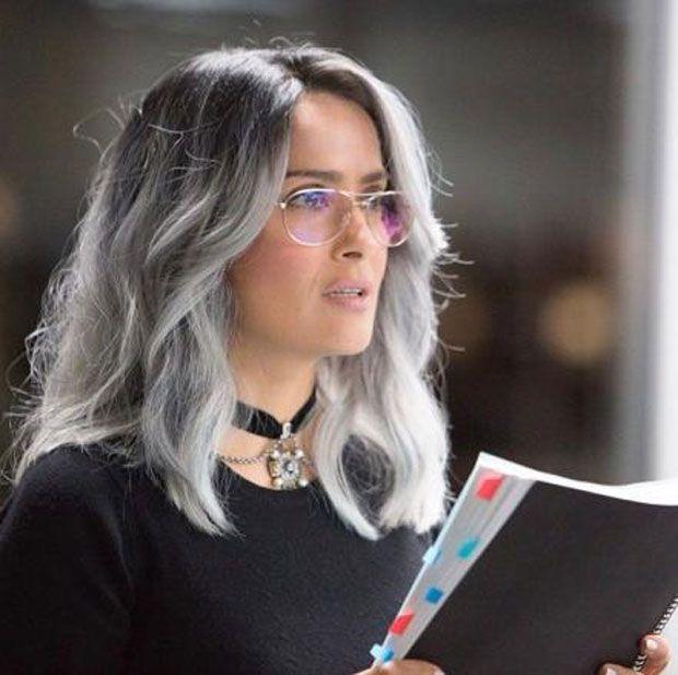 Salma Hayek surpreende com cabelo platinado