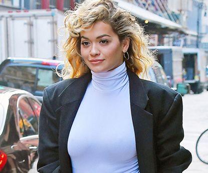 Rita Ora ao mais puro estilo dos anos 80