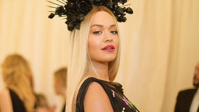 Rita Ora junta-se ao clube das ruivas com visual ardente