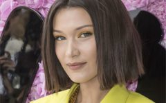 A maquilhagem amarela de Bella Hadid é simplesmente deslumbrante
