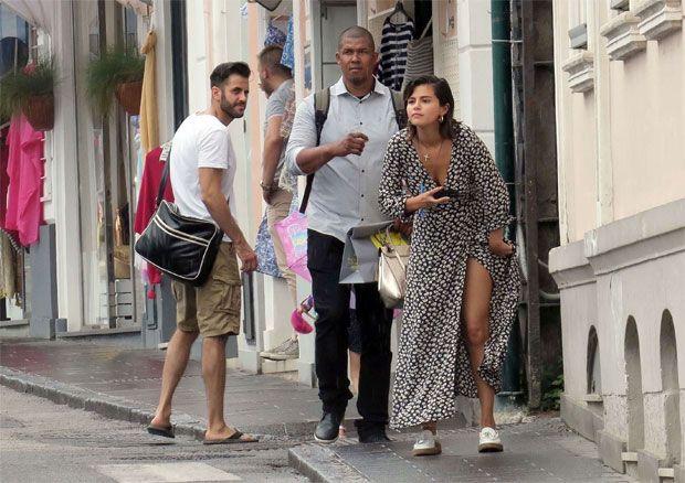 """Selena Gomez """"esqueceu-se"""" do soutien e quase mostra demais"""