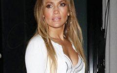 """Jennifer Lopez com abdominais perfeitos num outfit muito """"low cost"""""""