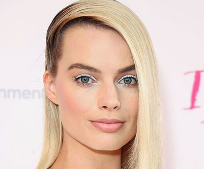 15 celebridades com looks minimalistas usando bold eyeliner