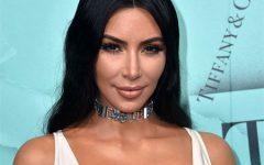 Fotografam Kim Kardashian com vestido branco e sem roupa interior