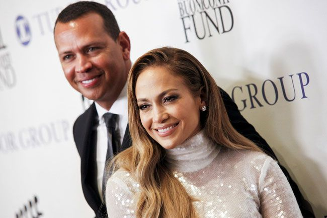 Jennifer Lopez aposta em lantejoulas brancas e deslumbra