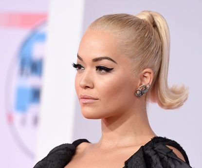 Rita Ora exibe o delineado perfeito nos AMA 2018