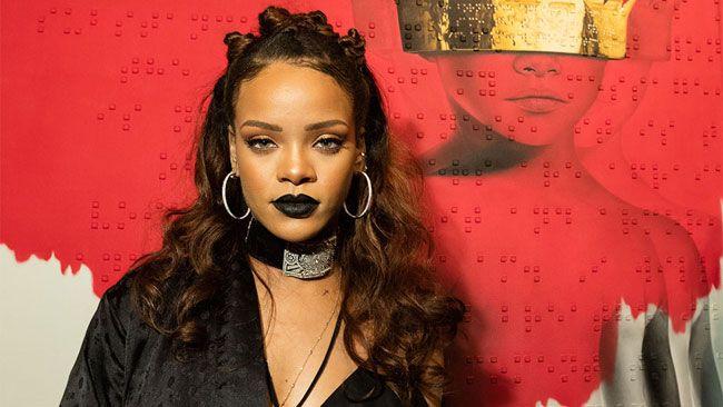 A única regra de Rihanna para usar batom preto