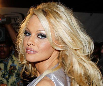 """Pamela Anderson despe-se no Instagram e """"prende"""" a rede"""