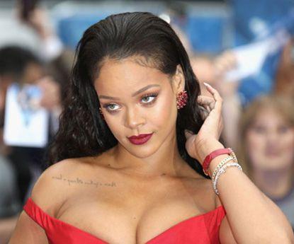 Rihanna impacta com as suas curvas posando em lingerie