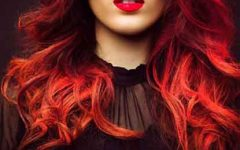 O tom vermelho perfeito no cabelo segundo a pele