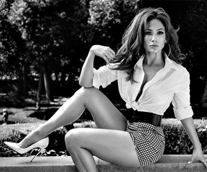 Jennifer Lopez e as suas pernas deslumbram numa minissaia branca