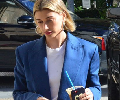 Hailey Baldwin assina (e destaca) o look azul klein