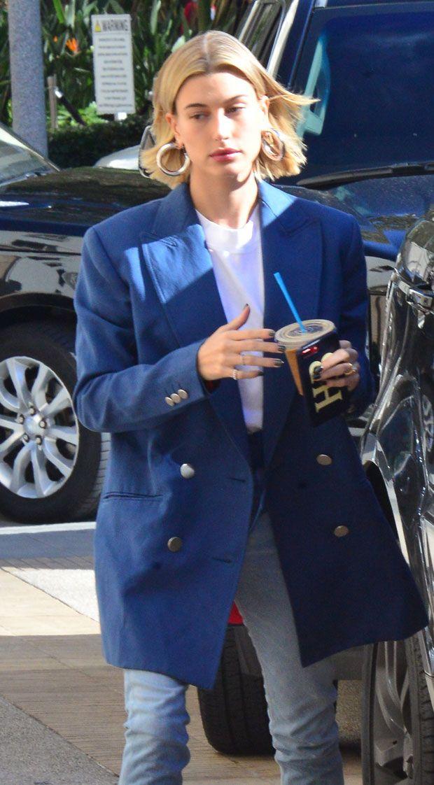 Hailey Baldwin assina (e destaca) o look azul klein