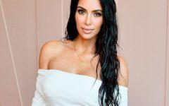 Kim Kardashian traída pela abertura da saia revela segredo