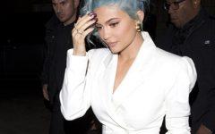 Kylie comemora ano novo de branco, protagonizando o cabelo