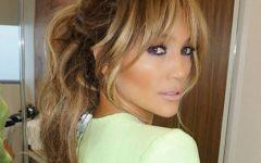 Jennifer Lopez demonstra em 3 fotos como usar jeans