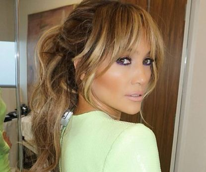 Jennifer Lopez demonstra em 3 fotos como usar jeans