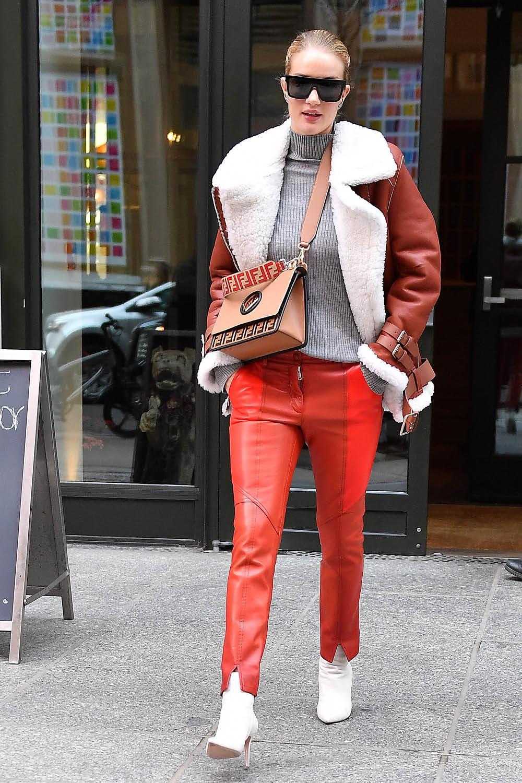 8 estilos para combinares calças vermelhas acertares sempre