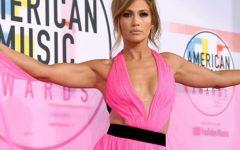 Jennifer Lopez exibe pernas com mini vestido e deslumbra