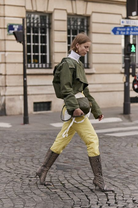 As botas altas são usadas sobre as calças (largas)