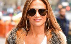 Jennifer Lopez mostra a sua jaqueta jeans de aniversário mas...