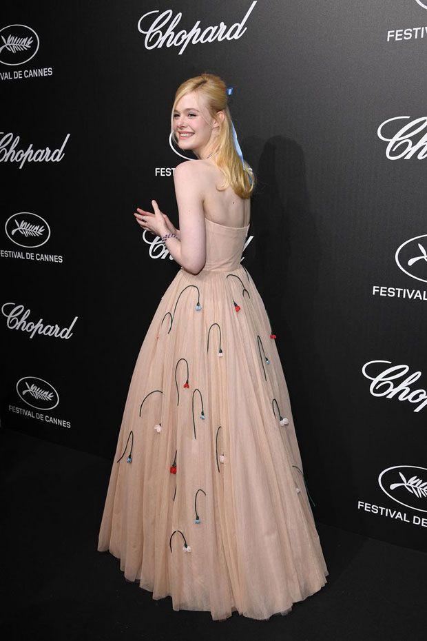Elle Fanning desmaia em Cannes por causa do seu vestido
