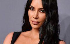 Kim Kardashian e seu vestido que deixou tudo à vista