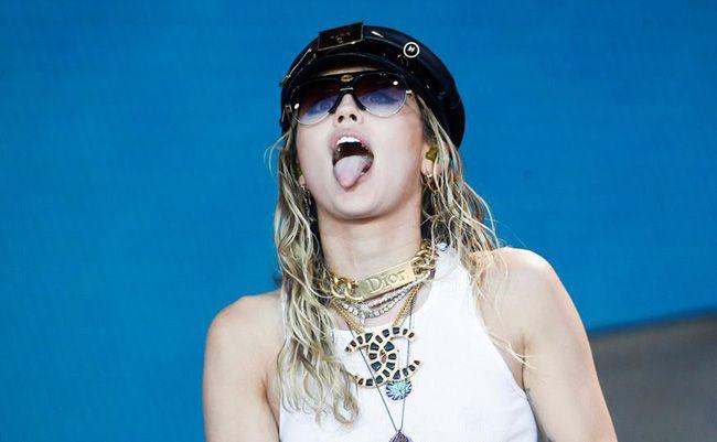 Miley Cyrus em ataque de paixão com Kaitlynn Carter