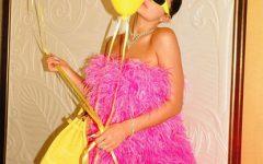 Kylie Jenner comemora aniversário com vestido de luxo
