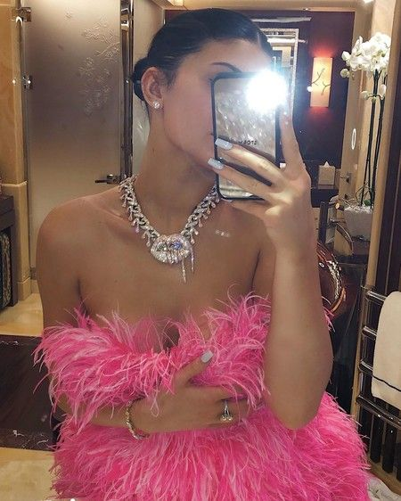 Kylie Jenner comemora data com vestido de luxo