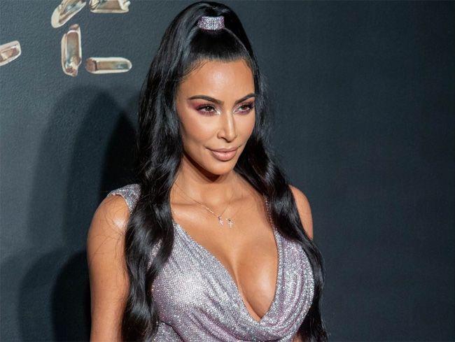 Kim Kardashian deslumbra em fato de banho justíssimo
