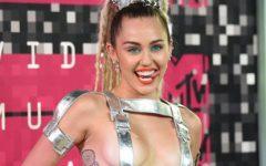 """Miley Cyrus brilha em """"tanga"""" no Instagram após fracassos"""