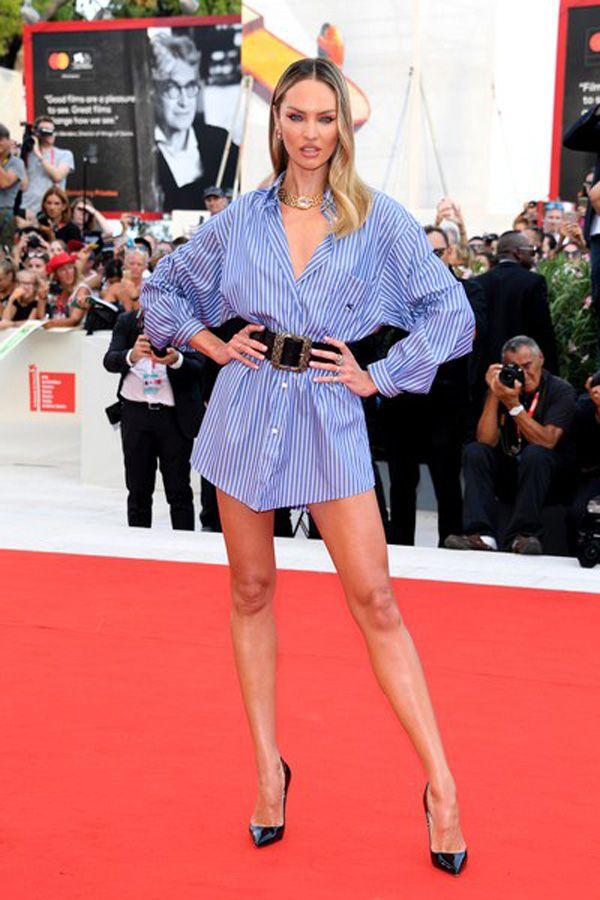 """Candice Swanepoel triunfa com camisa de homem no """"red carpet"""""""