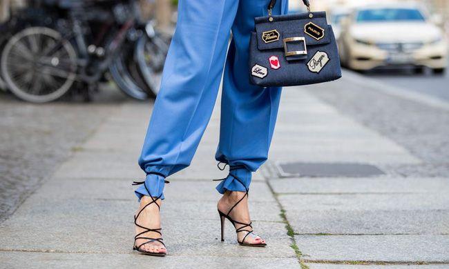 Tendência street style: sandálias com tira em cima das calça