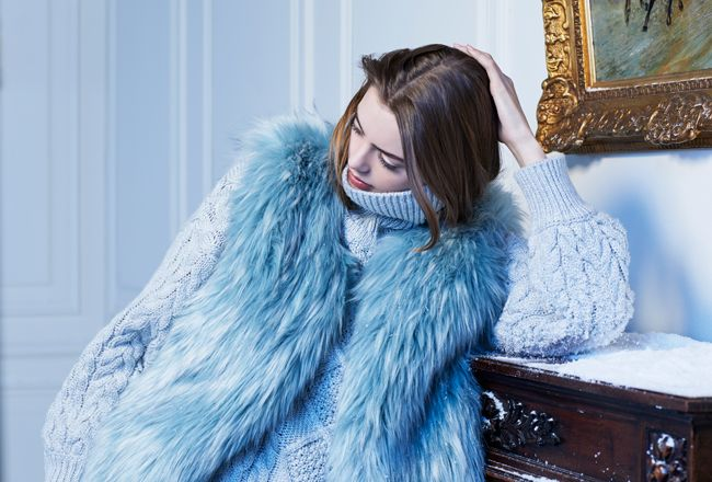 Molly Bracken com looks totais em Warm in Blue
