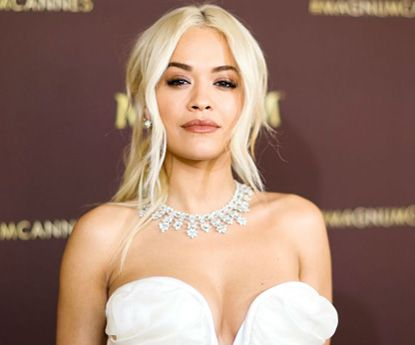 Rita Ora causa polémica sem soutien