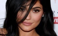 Kylie Jenner e o sensual laço natalício sobre os seios