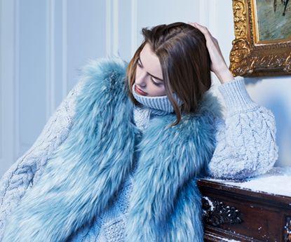 Molly Bracken com looks totais em Warm in Blue