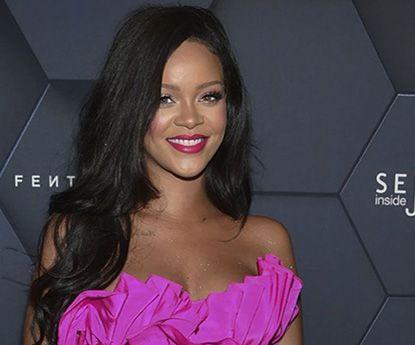 Rihanna escolhe tamanho muito pequeno e isto acontece