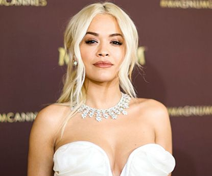 O (diminuto) biquíni que (não) cobre o busto de Rita Ora