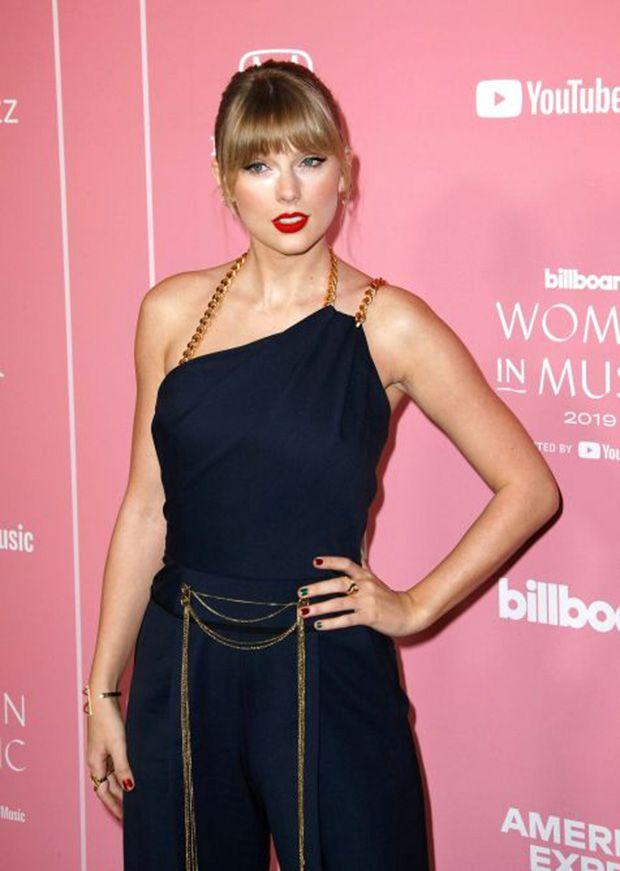 A tendência das unhas Skittles pelas mãos de Taylor Swift