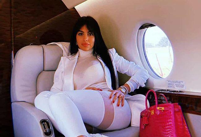Georgina Rodríguez exibe pernas em jeans ousados